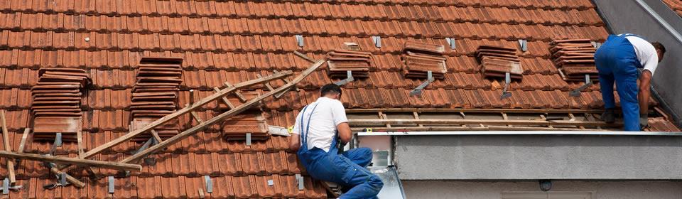 dakdekkers op schuin dak